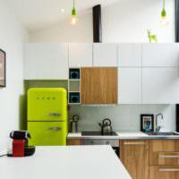 Салатовый холодильник и фасады под дерево на кухне
