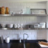 Кирпичная кладка за кухонными полками