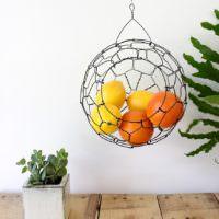 Подвесная корзина для фруктов в интерьере кухни