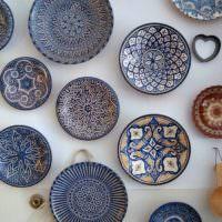 Декорирование кухонной стены тарелками с росписью