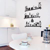 Нарисованные полки с посудой на стене кухни