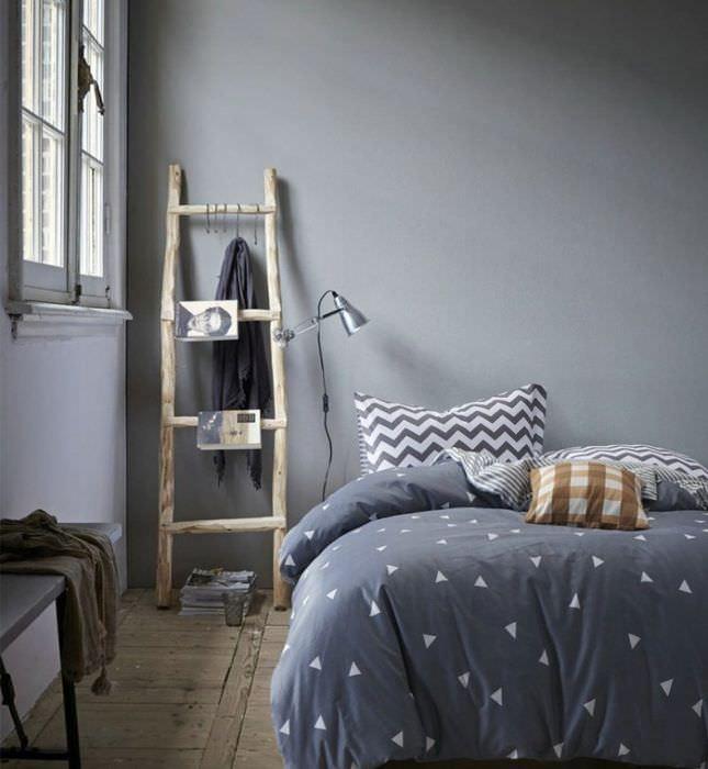 Деревянная лестница в декоре спальни