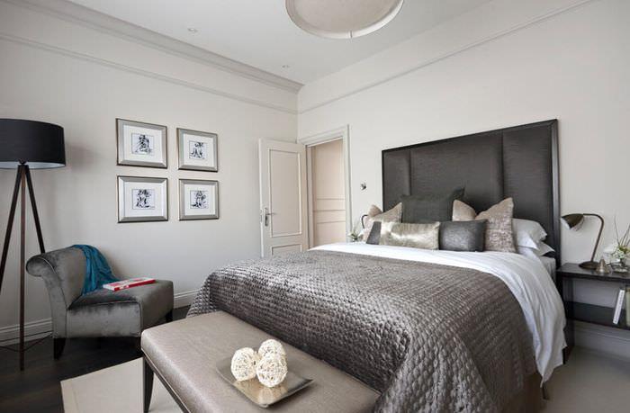 Светлые стены в спальне с темно-серой кроватью