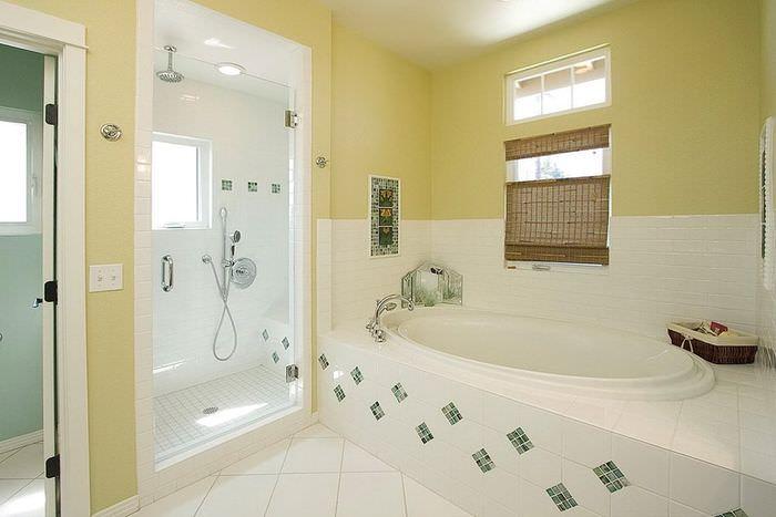 Сочетание белой и нежно-салатовой кафельной плитки в интерьере ванной