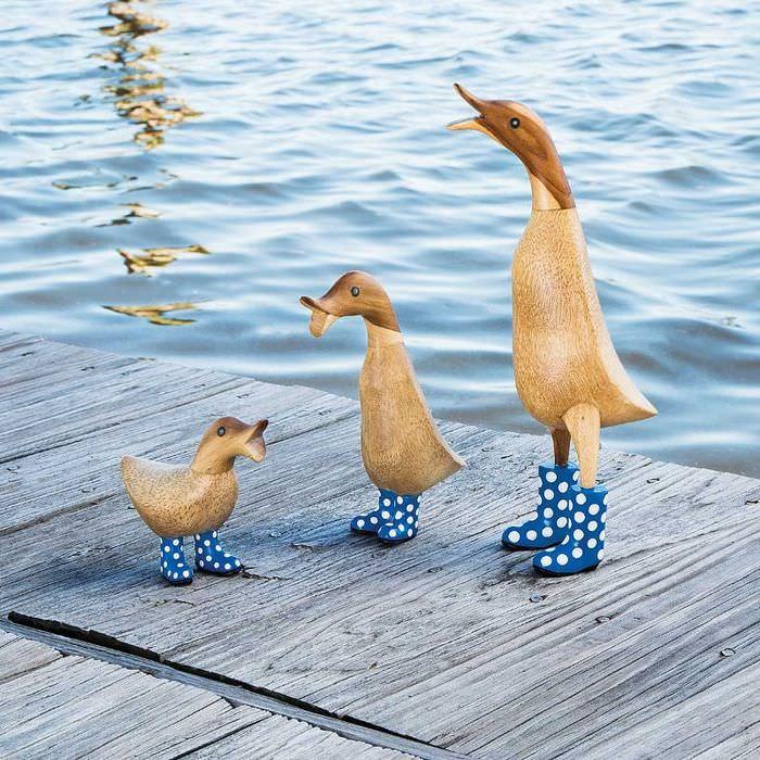 Декоративные утки из древесины на берегу дачного водоема
