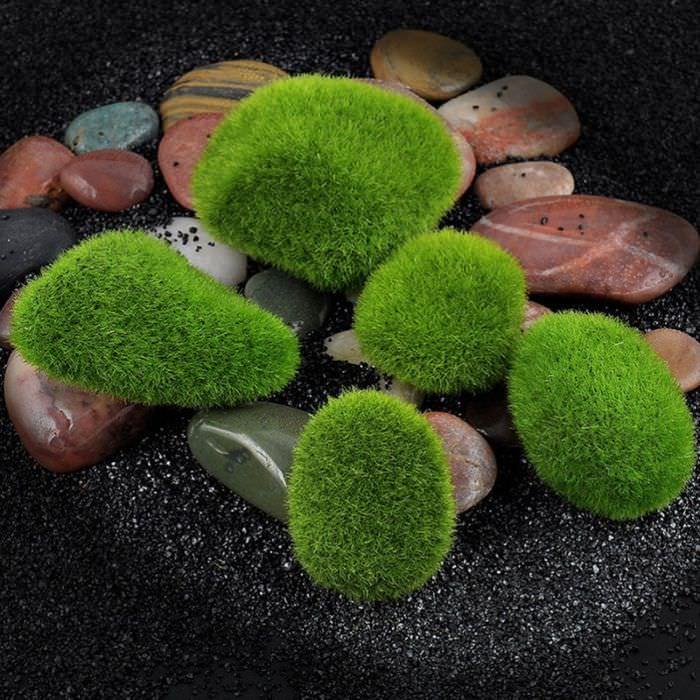 Натуральный мох на камнях в дизайне интерьера