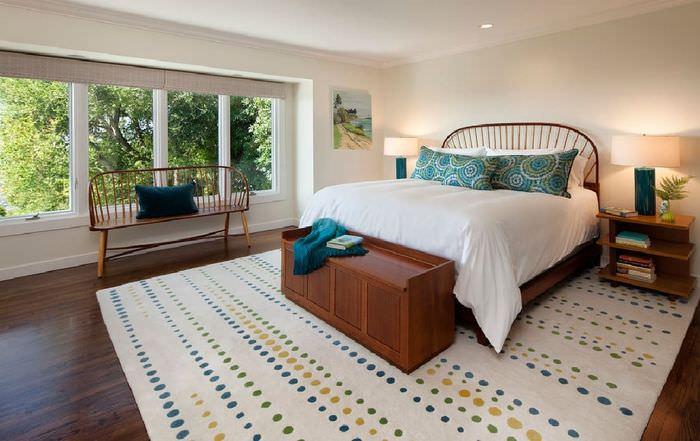 Дизайн спальни в стиле минимализма с деревянной кроватью