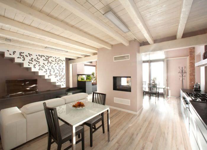 Деревянный потолок в интерьере жилого дома