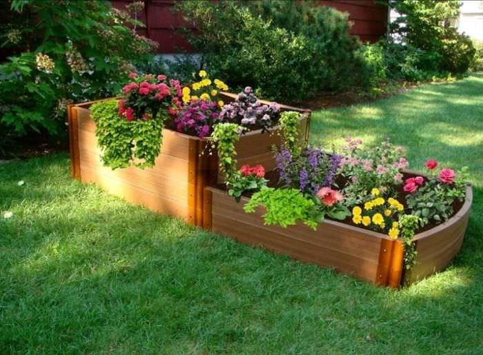 Самодельная деревянная клумба для цветов