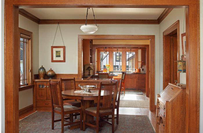 Отделка стен гостиной деревянными молдингами