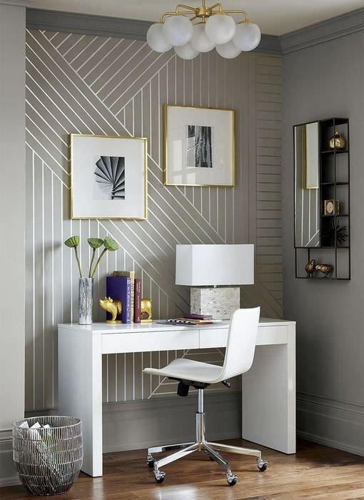 Интерьер современной комнаты с полосатыми обоями на стене