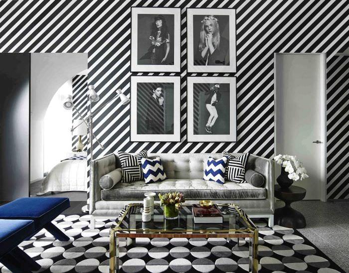 Обои с диагональными полосками в интерьере современной гостиной