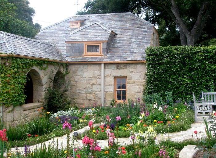Оформление частного двора цветущими растениями