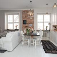 Диван в качестве разделителя кухонного пространства