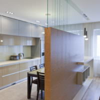 Зонирование кухни-гостиной декоративной перегородкой с отделкой под дерево