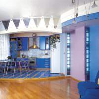 Синяя кухня на подиуме и деревянный пол