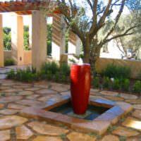Оригинальный фонтанчик во дворе частного дома