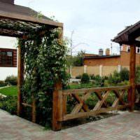 Пергола из дерева перед входом на садовый участок
