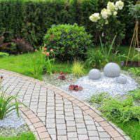 Живописный уголок небольшого сада загородного дома