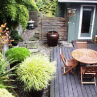 Место для отдыха с деревянным настилом