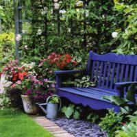 Синяя скамейка за деревянной перголой