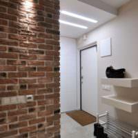 Состаренный кирпич в прихожей однокомнатной квартиры п44т