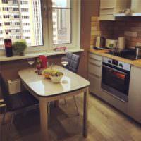 Обеденный столик на кухне однушки после ремонта