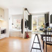 Кровать за перегородкой в интерьере однокомнатной квартиры