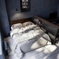 Двухспальная кровать в спальне молодых супругов