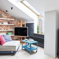 Зона отдыха в комнате с наклонными потолками