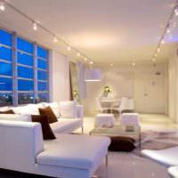 Софиты на линейной подвеске в интерьере гостиной