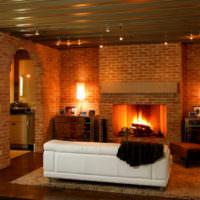 Дизайн освещения гостиной с камином