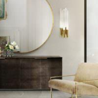 Настенный светильник около зеркала в гостиной