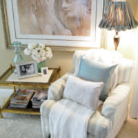 Торшер за креслом в гостиной классического стиля