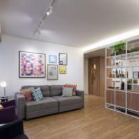 Интерьер современной гостиной с потолочной подсветкой
