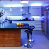 Кухня со светодиодными светильниками в холодном свете