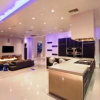 Дизайн освещение в комнате с глянцевыми поверхностями