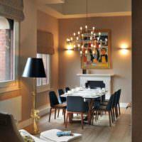 Люстра со свечами над обеденной зоной в гостиной