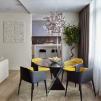 Серо-желтые стулья в гостиной комнате