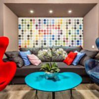 Синий и красный цвета в дизайне гостиной