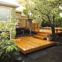 Деревянный настил перед садовым домиком