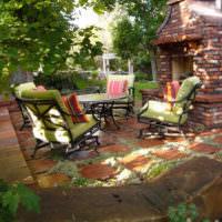 Печь-барбекю и мягкая мебель на площадке для отдыха