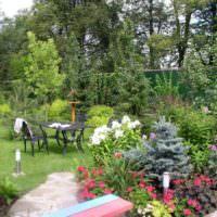 Уголок отдыха в живописном саду