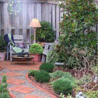 Уютное местечко для отдыха в укромном уголке сада