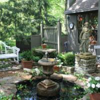 Небольшой водоем с фонтаном в частном саду
