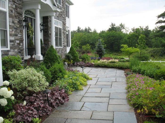 Дорожка к дому из натурального камня