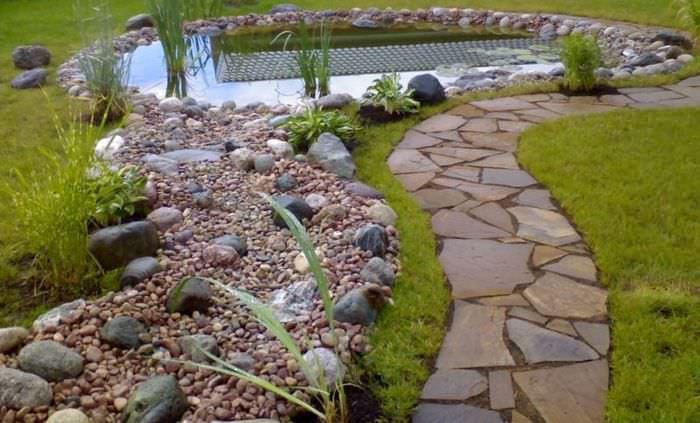 Дорожка к водоему из природного камня