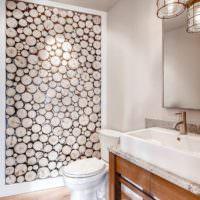 Спилы дерева в интерьере ванной