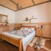 Отделка деревом в интерьере спальни в деревенском стиле