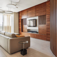 Стена в гостиной, облицованная панелями из натурального дерева